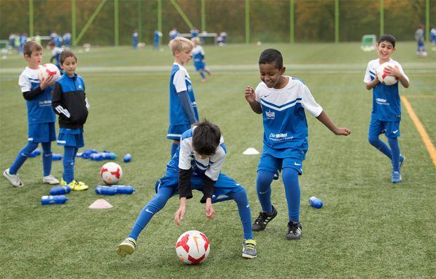 Teilnahme am Fussballcamp: Beim FCZ dürfen Flüchtlingskinder ihre Vergangenheit kurz vergessen. (Bild: Karin Hofer / NZZ)
