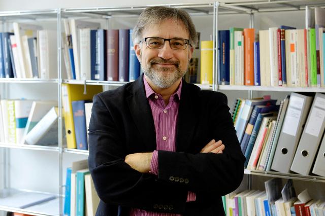 Massimo Aliotta, Rechtsantwalt, vor seinen Büchern, die er alle gelesen hat, wie er scherzhaft sagt. Bild: Heinz Diener